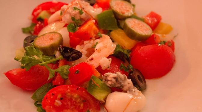Gemüsesalat mit Meeresfrüchten und Fisch