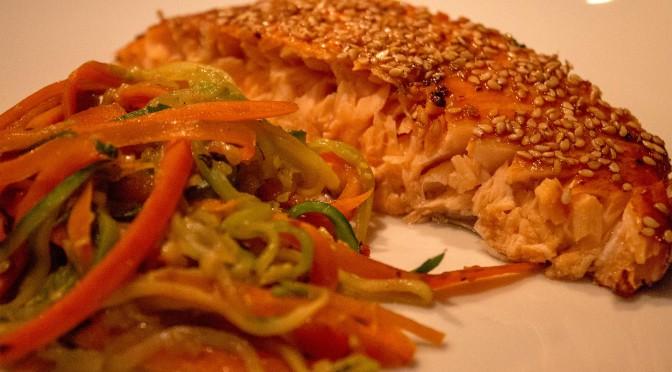 Lachs mit Sesamkruste und Zucchini-Möhrenspaghetti (Low Carb)