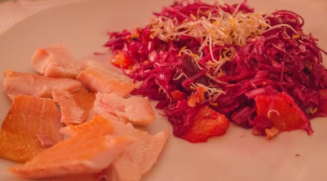 Rotkohl-Orangen-Salat mit Datteln und Räucherforelle
