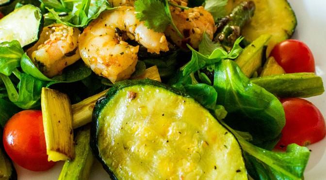 Frühlingssalat mit Garnelen und frischen Kräutern