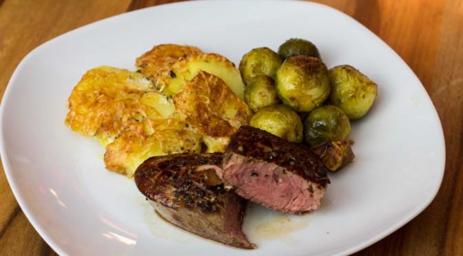 Rinderfiletsteaks, Kartoffelgratin und karamelisierte Rosenkohl-Maronen