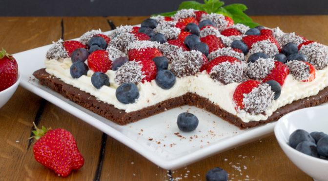 Erdbeeren und Kokossahne auf saftigem Brownie