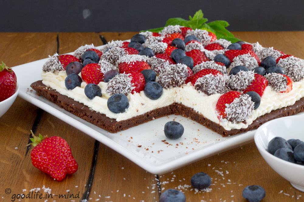 Erdbeeren und Kokossahne auf Brownie