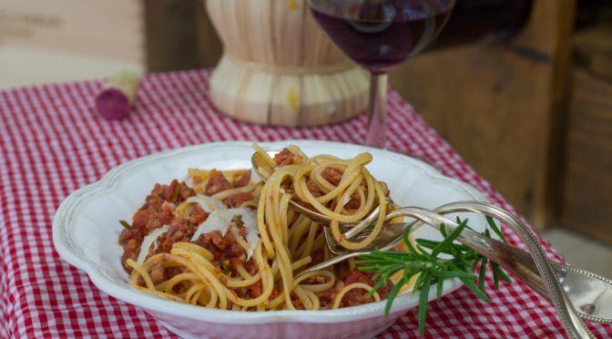 Spaghetti mit Salsiccia und Tomaten