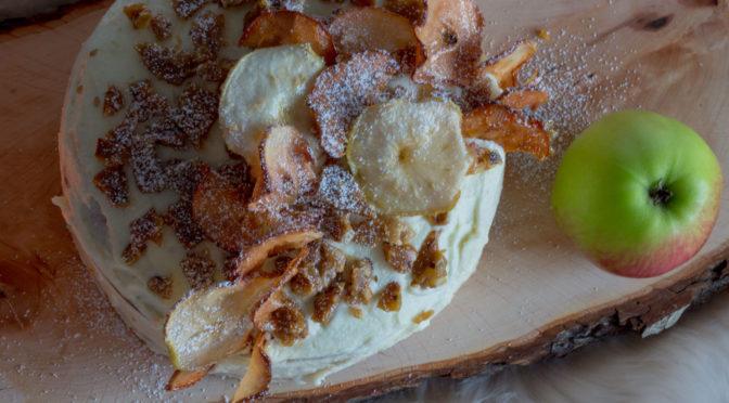 Apfelcremetorte mit Krokant und Apfelchips