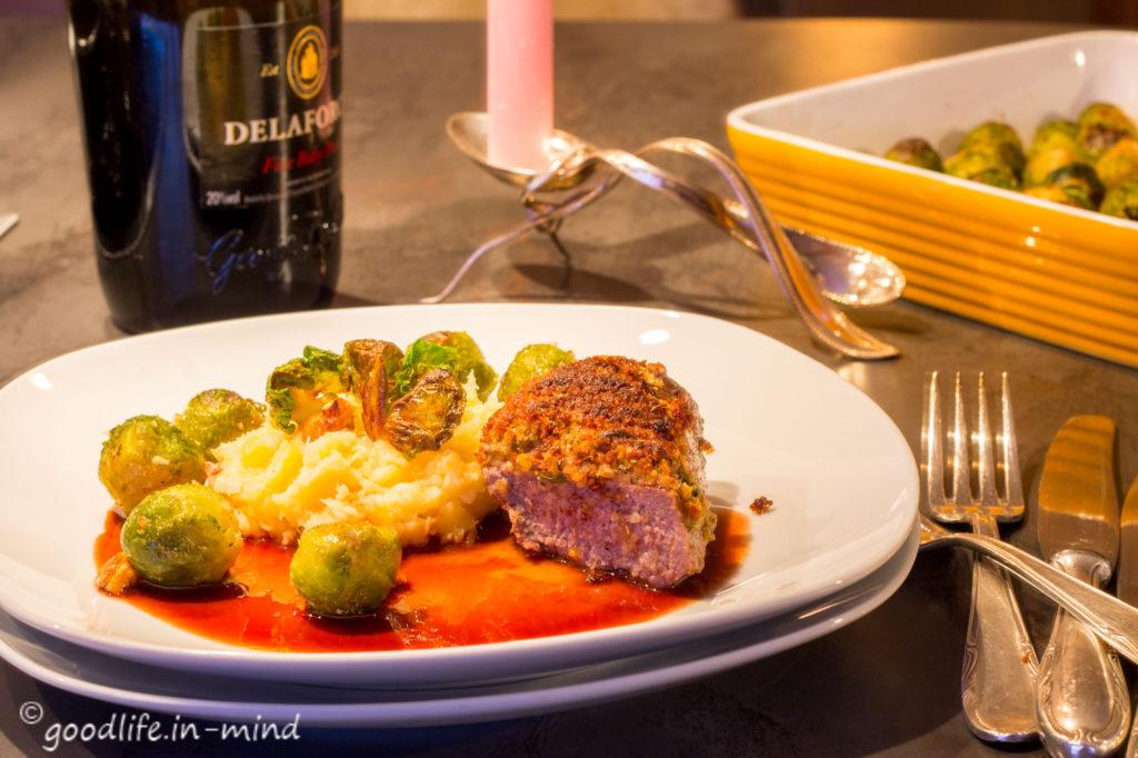 lammlachse-unter-lebkuchenhaube-pastinakenstampf-portweinsauce-rosenkohl
