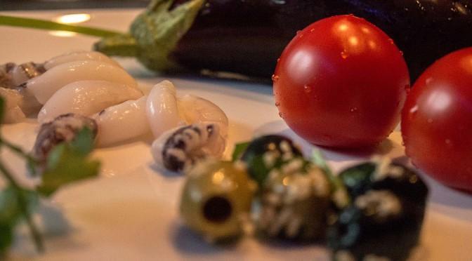 Kleine Sepien gefüllt in einer Tomaten-Provence-Tunke