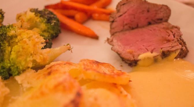 Chateaubriand mit Sauce Bérnaise geröstetem Brokoli, kandierten Möhren und Kartoffelgratin