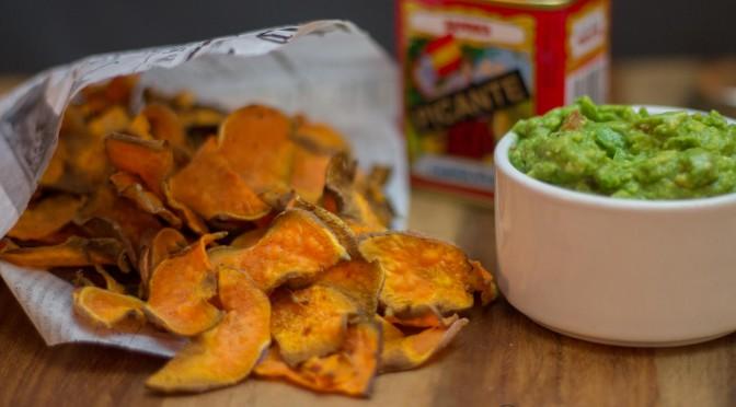 Süßkartoffelchips und Guacomole