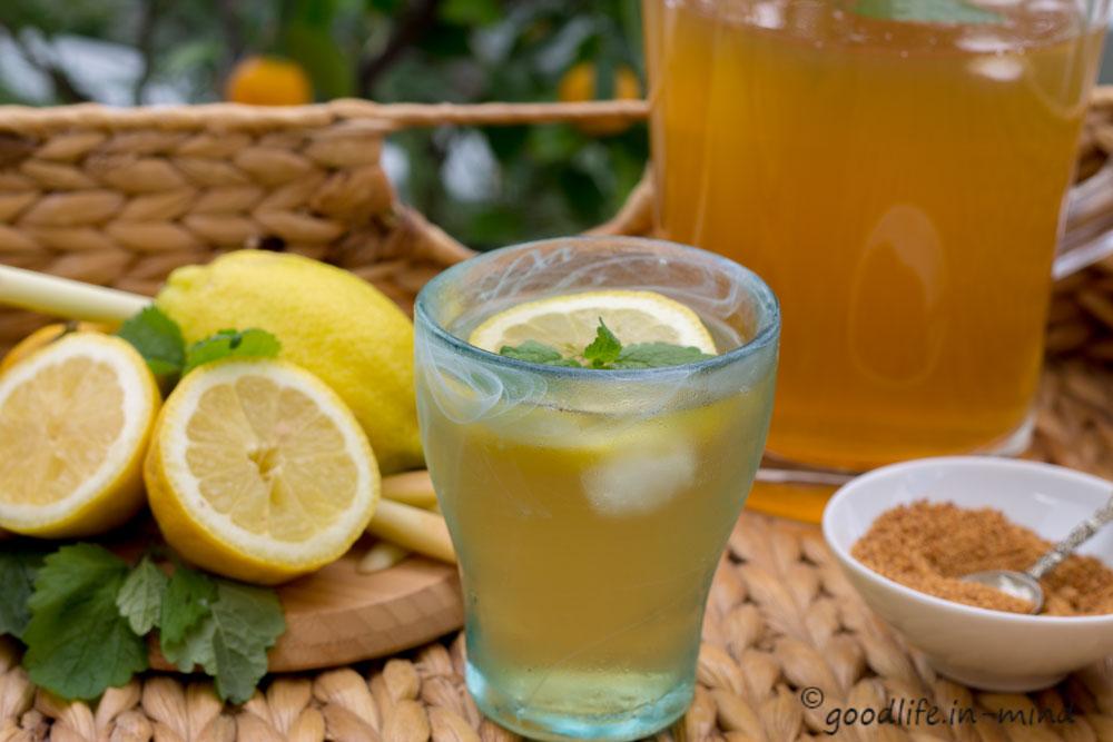 Grüntee-Zitronengras-Kaltgetränk
