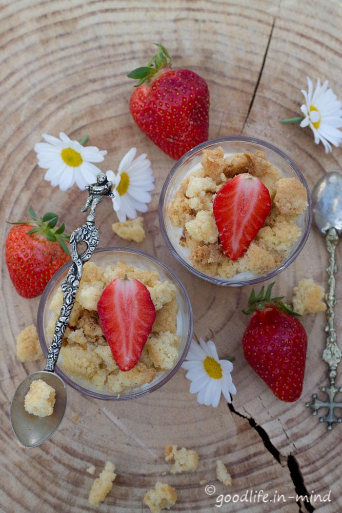 Quark-Erdbeer-Kuchen-im-Glas-Streuseln