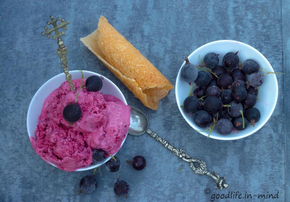 Schwarze-Johannisbeeren-joghurt-eis2